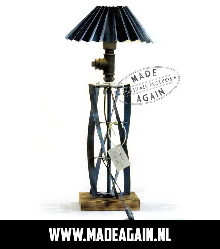 Unieke, handgemaakte Upcycle lamp met als basis de messen van een oude grasmaaier. De kap is van zink en de voet is van (gebrand) grenenhout