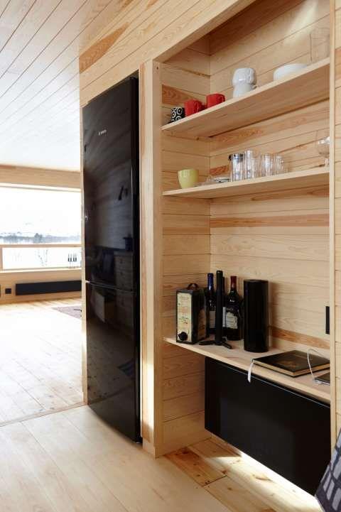 HYLLER: Smarte hyller innfelt i veggen gir god plass til oppbevaring.