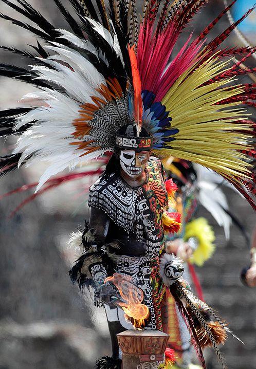 Día de los Muertos. Este es un danzante mexicano haciendo su ritual en México en el Día de los Muertos...esta celebración mexicana es muy extraña y ambigua, por un lado, invoca a los muertos para darles Paz y guiarles al lugar sagrado por excelencia...por otro, sirve para proteger a los vivos de las envidias y las ansias de posesión de la muertos... Es curioso...