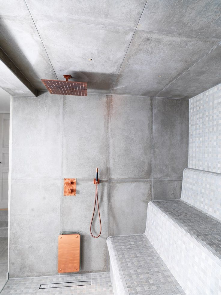 NR21 från golv till tak och som mosaik på britsarna. En riktigt skön industriell känsla på denna fantastiska bastu.