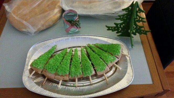 Kerst broodjes. Turksbrood binnenin met chocopasta besmeerd. Soepstengel ertussen stoppen. Bovenop boter en groene hagelslag