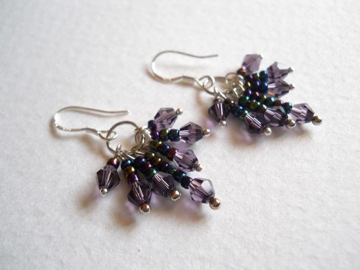 Aros de fantasía con aplicaciones en mostacillas y vidrios violeta, los ganchos son de plata.   Miden aprox 2,5 cms de largo