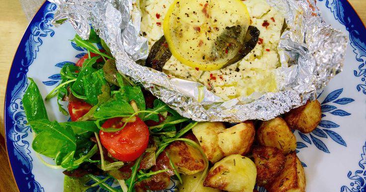 Varm fetaost med citron och chili. Serveras med rostad potatis och tomatsallad.