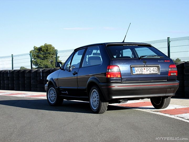 Im Rahmen der Pressefahrveranstaltung des neuen Polo GTI Anfang dieser Woche war es ebenfalls möglich eine kurze Runde mit dem Volkswagen Polo G40 aus dem Jahre 1992 zu drehen. Der 3,725 m lange Polo II wiegt nur 1.250 kg und es wurden damals nur etwa 1500 Stück produziert. Auf 13 …