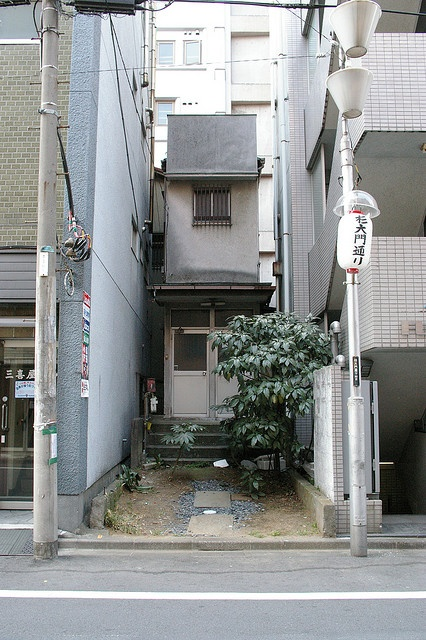 yotsuya, shinjuku, Tokyo I am fascinated by the Japanese value of spaces.  This 2-story home is beautiful...