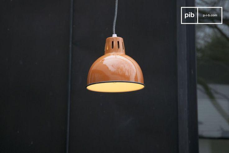La lámpara de Suspensión SNÖL de color naranja es una lámpara industrial con un toque nórdico.