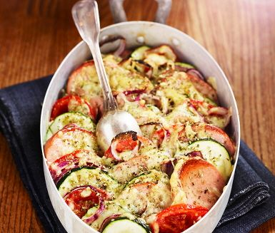 Här har vi en variant på ungsfalukorv med härliga smaker. Potatisen delas och kokas, medan den blir klar skivas falukorv, tomat, zucchini, lök och vitlök som sedan varvas i en ugnssäker form, toppas med ost och oregano och skjuts in i ugnen! Servera sedan ugnsfalukorven med fluffigt mos.