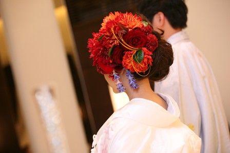伝統的な和と、欧米のモダンスタイルの融合「和モダン 」がブームです。とくに白無垢の髪飾りは、すごく多様化しましたね。