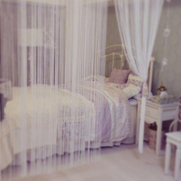 2メートル以上あるつっぱりポールにストリングカーテンを3つつけて間仕切りにしました。一人で取り付けたのでかなり大変でした…nachan の部屋「間仕切りカーテン」 | reroom [リルム] 部屋じまんコミュニティ