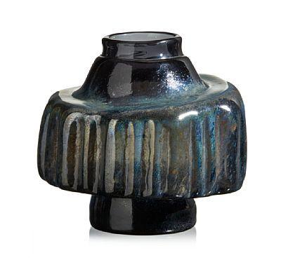 BENNY MOTZFELDT ÅSEN 1909 - OSLO 1996  Vase Randsfjord Glassverk. Slutten av 1960-tallet. Gråsort glass, usignert. HØYDE 18,00 CM