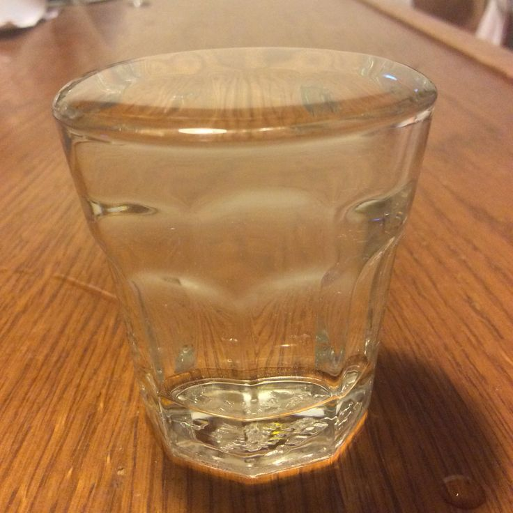 Povrchové napětí - voda nad okrajem sklenice se chová jako tenká blána; dokud se nepřekročí určité množství, kapalina nepřeteče.