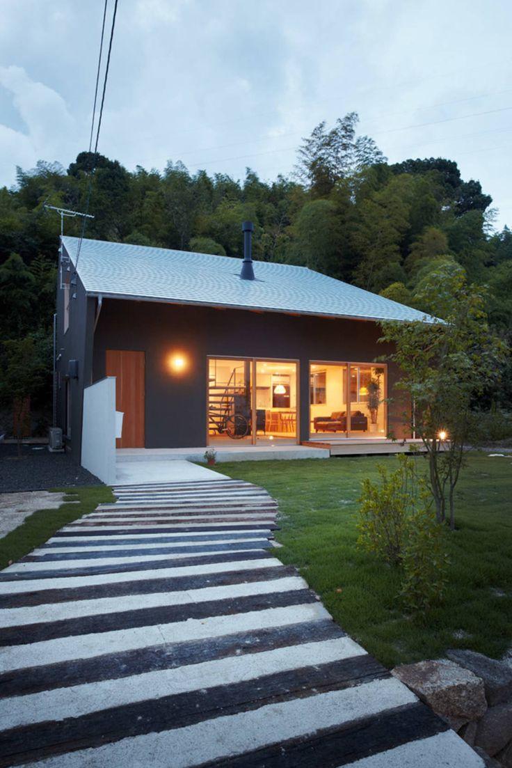 単純(シンプル)且つ明快な空間で構成された建築を求め、その上で素材本来が持つ美しさを表現し、心地いい場所を創造することを心がけています。理想は小さくても機能的な家。自然とふれあうことのできる、無駄のないエコノミカルな家です。住まいは生き方そのもの、だからそれぞれの幸せがぴったり納まるだけの家づくりを追求しています。