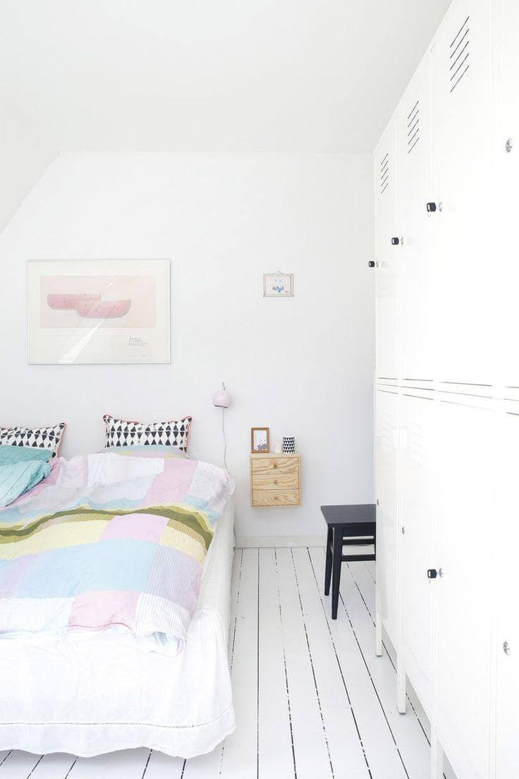 Det første, du ser, er en bolsjestribet væg. Dernæst alle de kulørte detaljer. For her i det hvide hus maler Louise T. Johansen gerne den samme reol fem gange på fire måneder.