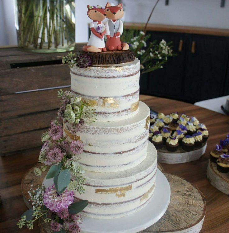 Naked bryllupskage pyntet med spiselig gulv og friske blomster. Cupcakes med spiselige blomster.  Læs mere på www.bakemydaydk.com