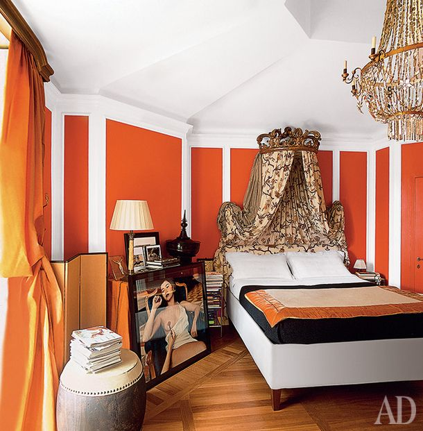 """In this classic of modern bedroom a lot of details - photo Helmut Newton, African drum table, without which the room would have looked too traditional and boring. Good move - overhead plaster profiles. They visually """"pull"""" the walls and divert attention from their """"knocked"""" on the ceiling geometry and irregular shape. A well-chosen fabric for the canopy - repeating rapport calming effect."""