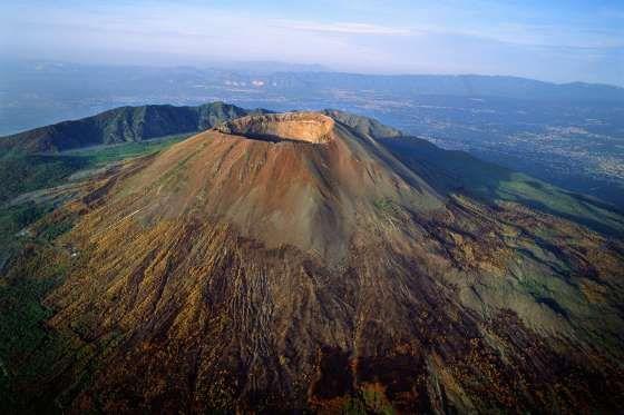 LE VÉSUVE (ITALIE) -  Seul volcan d'Europe continentale à être entré en éruption au XXe siècle, il est à l'origine de la destruction de Pompéi. Du haut de ses 1281 mètres, la vue sur la baie de Naples vaut tout l'or du monde... © ÁLVARO ANGLADA