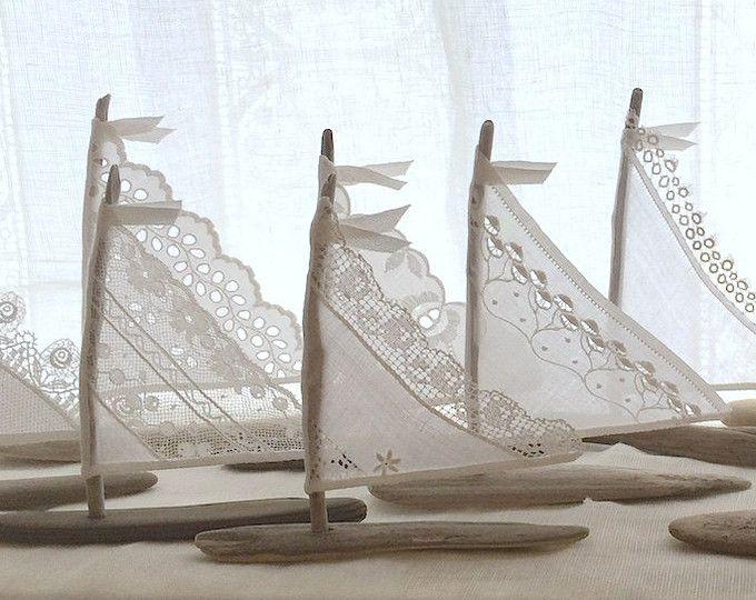 ~ Cadre voile pour une durée de vie de l'amour ~ « Bois flotté et dentelle »  6 à 6.75 voilier de charme ~ pour plage Decor, des faveurs de mariage, Cake Toppers...  Belle incomparable ! Superbe voilier bois flotté faites par moi avec le temps de laver les pièces de bois flotté du Nord-Ouest du Pacifique, que jai trouvé lors dun voyage de peignage de plage...  Chaque bateau est celui dun plaisir unique...  Vous recevrez un voilier dans les plus beaux textiles de votre choix :  Dentelle…
