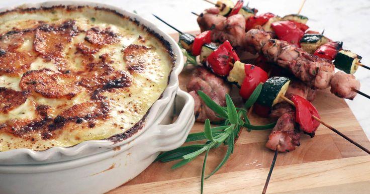 Grillspett med kyckling, zucchini och paprika. Servera med krämigaste potatisgratängen.