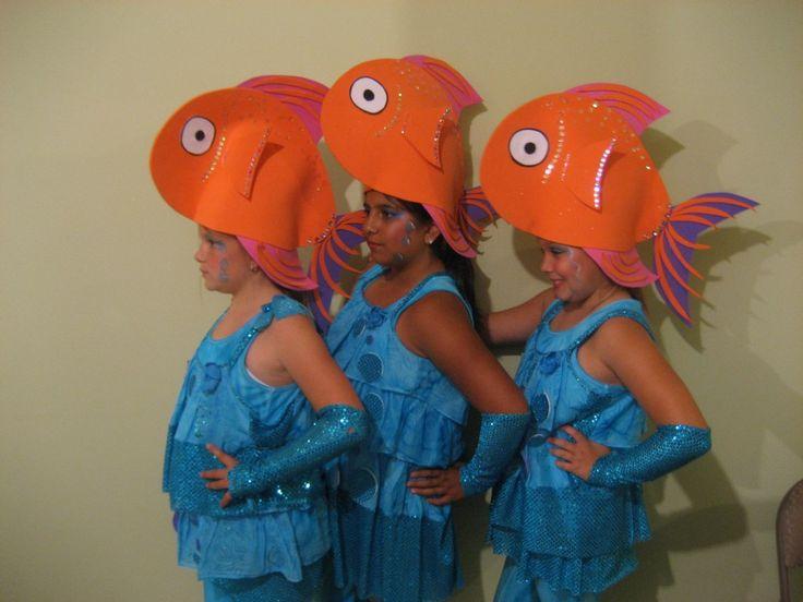 Chapeau poisson disfraz de pez el cuerpo se puede hacer con bolsa de plástico azul color mar | http://www.multipapel.com/subfamilia-bolsas-basura-colores-para-disfraces.htm