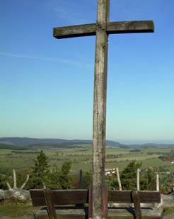 Am Gipfelkreuz auf dem #Ettelsberg bei #Willingen lässt sich die Aussicht auf das Upland genießen.  #Uplandsteig #Sauerland #Upland #wandern | Foto: willingen.de