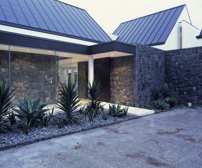 Basalt stone and white walls with natural accents | Designhunter - architecture & design blog