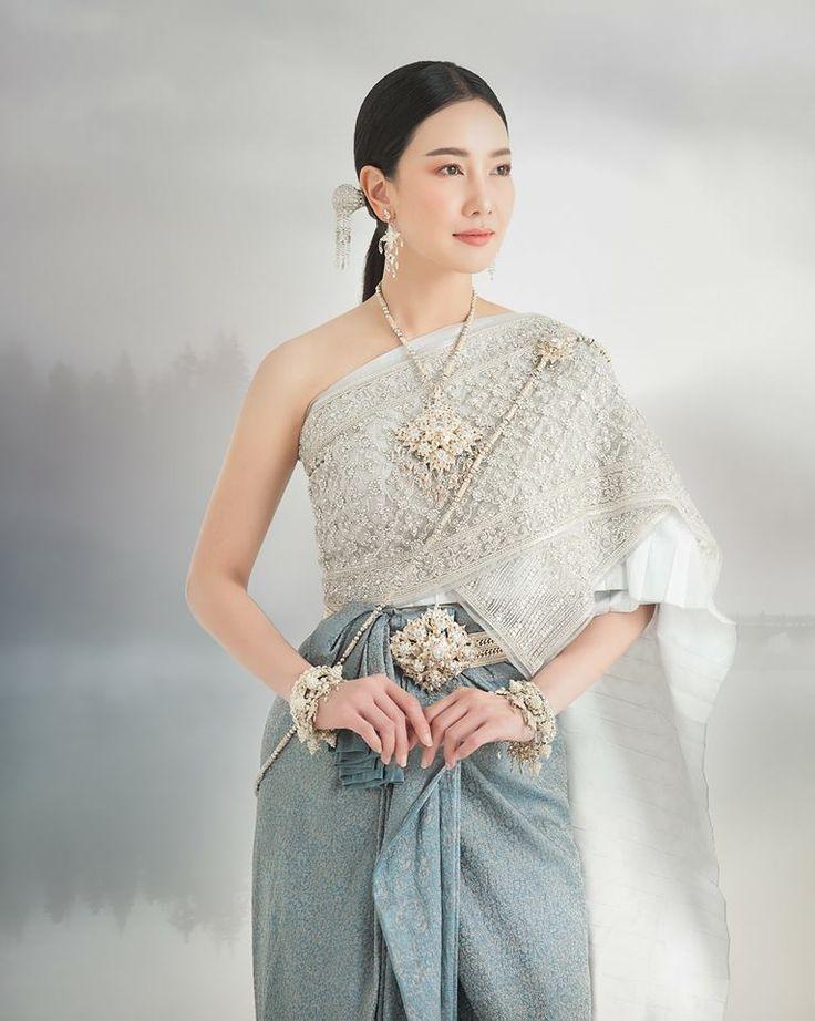 """ขอเชิญท่านพบกับสุดยอดความตระการตากับชุดไทยจักรพรรดิ์จากห้องเสื้อวนัชกูตูร์ แสดงแบบโดยนางเอกสาวที่สวมใส่ชุดไทยแล้วสวยประดุจดั่งนางฟ้านางสวรรค์ """"คุณนุ่น วรนุช ภิรมย์ภักดี"""" บนปกหนังสือขวัญเรือนได้แล้ววันนี้ครับ ------------------------------------------------------------------------------ Vanus couture ( ปากซอยลาดพร้าว50) ถ.ลาดพร้าว แขวง/เขตวังทองหลาง กรุงเทพฯ tel. 02-002-4895 , 02-002-4896 , 086-555-3688 เครื่องประดับชุดไทย อ.ไพโรจน์ ( * ชุดไทยคอลเลคชั่นนี้…"""