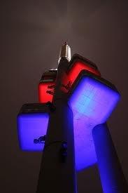 La Torre di Žižkov illuminata di notte con i colori della bandiera ceca