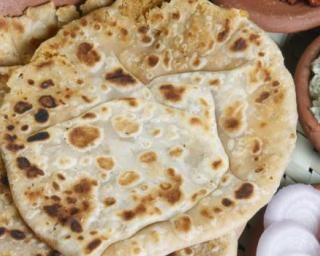 Pain complet indien light ou chapati : http://www.fourchette-et-bikini.fr/recettes/recettes-minceur/pain-complet-indien-light-ou-chapati.html