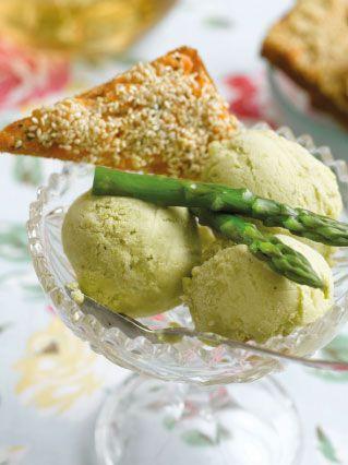 Asparagus ice cream with smoked salmon toasts