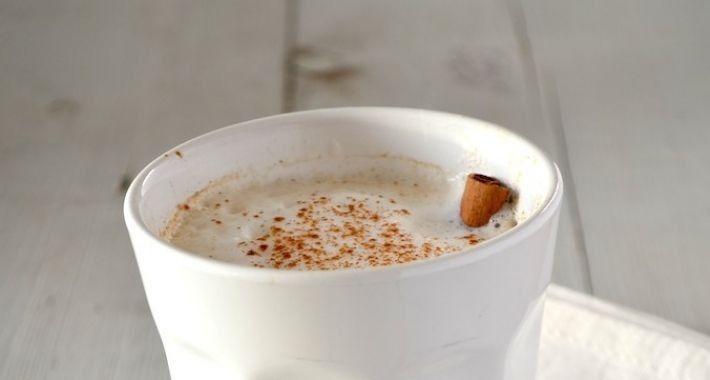 Chai latte Ingrediënten voor 2 kopjes 2 tl rooibos thee 1 peul kardemom gekneusd 1/4 tl kaneel 1 kruidnagel gekneusd 1/4 tl gedroogde gember 1 peperkorrel gekneusd 1 kopje amandelmelk 1 tl honing of kokosolie