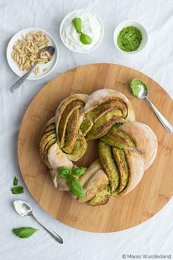 Pesto-Brotkranz - (German) - A bread wreath in green