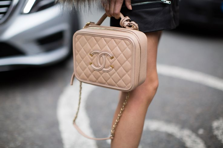 Chanel arm candy gespot @ Londen Fashion Week s/s 2017