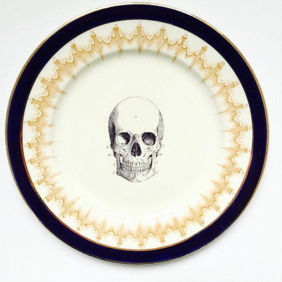 Skull plate with retro navy blue border
