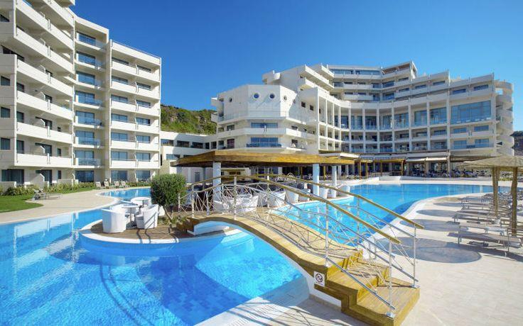 Tyylikäs ja avara luksushotelli aivan valkohiekkaisen rannan tuntumassa. Rauhaisaa hotellialuetta hallitsee suuri laguunin muotoinen allasalue, jolla on erillinen lastenallas. Rannan ja allasalueen lisäksi voit rentoutua hotellin hienolla spa-osastolla. Falirakin keskustaan on noin 4 kilometriä. Tyylikkäästi sisustettuja kahden hengen huoneita sekä tilavampia superior- ja club-huoneita. Sviittejä ja juniorsviittejä. www.apollomatkat.fi