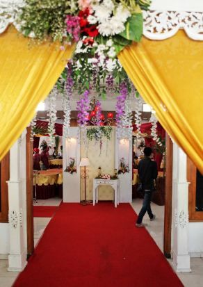 In the hallway we give the decor resembles gate with simple but elegant ornaments More info : 0813 2830 5569
