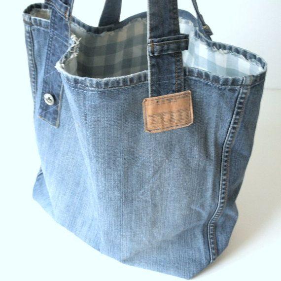 Einzigartige handgefertigte Jeanstasche aus der alten Recycling mittlere blaue Jeans mit vielen originellen Details. Beunruhigte Taschen sind vor trage, dies verleiht der Tasche einen sehr Vintage-Look! Diese Tasche ist perfekt für einen Tag am Strand oder zum Shoppen in der Stadt! Auch sehr