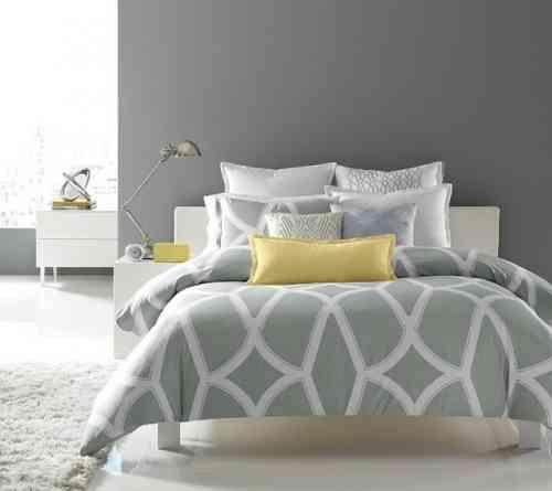 chambre contemporaine en gris et jaune                                                                                                                                                                                 Plus
