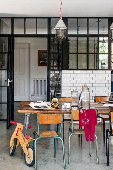 Une verrière intérieure pour cette cuisine semi-ouverte à la déco New York