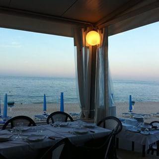 Cena in riva al mare  #italia #italy #numana #marche #italianfood #sea #mare #cena #romantic #magicdinner #tramonto