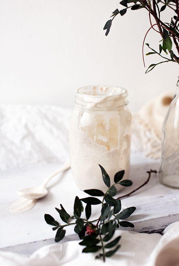 Maukas maidoton jogurtti syntyy manteleista, hunajasta ja maitohappokapselin jauheesta. Paksumpaa koostumusta halutessa kokeile vegaanista agar agaria!