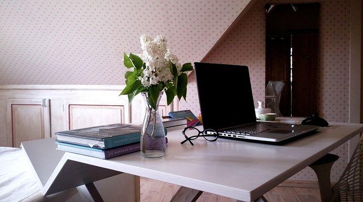Joanna Paszko Ochotny Homestyling. Poddasze w stylu rustykalnym. Domowe biuro w sypialnii.