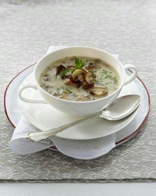 Das Rezept für Pürierte feine Pilzsuppe mit Pfifferlingen und Champignons und weitere kostenlose Rezepte auf LECKER.de