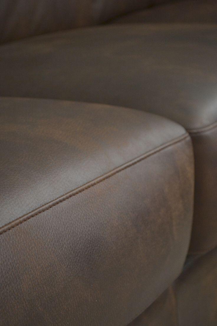 A nagy ülőfelületek kialakítása garantálja a kényelmet. Egyszerre többen is elférnek rajta, ideális választás lehet nappaliba, vagy olyan helyiségben, ahol gyakran fogadunk vendégeket.