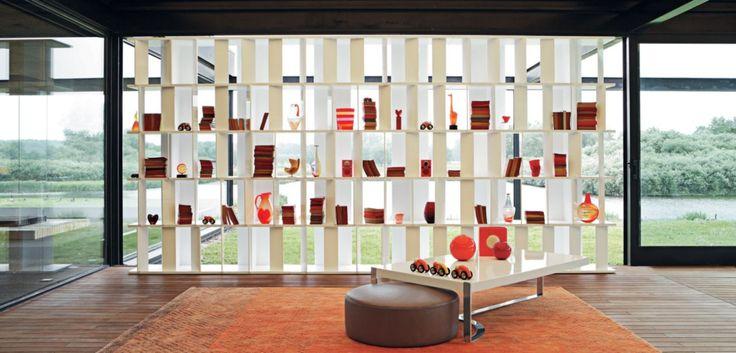 Biblioteca con estantes en paneles de médium lacado satinado, aletas verticales rotativas (grosor 10 mm) y trasera (grosor 12 mm) en PMMA, color disponible... Leer más