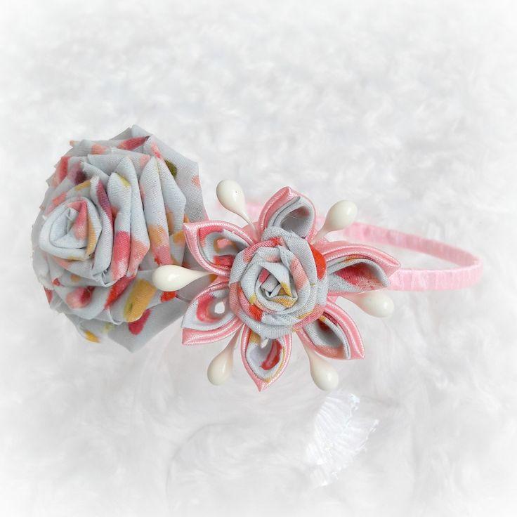 Tančím+v+dešti+Umělohmotná+čelenka+o+šíři+5mm+je+dozdobena+úzkou+saténovou+stužkou+v+růžové+barvě+.+Čelenka+je+dozdobena+kanzashi+růžičkou+a+kytičkou,+vyrobenou+z+růžové+saténové+stuhy+a+bavlněné+látky.+Kytička+je+dozdobena+bílými+pestíky.+Hlavním+materiálem+je+vysoce+kvalitní+eko/bio+designérská+bavlna.+Tato+bavlna+je+pěstována+bez+použití+pesticidů.+I...
