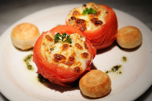 Γεμιστές ντομάτες με αυγά και τυριά. Κάτι διαφορετικό και εύκολο...