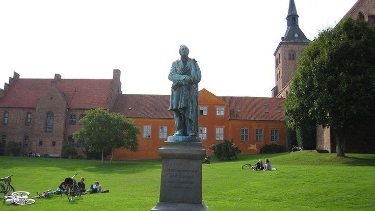 H. C. Andersenstatuen i H. C. Andersenhaven i Odense