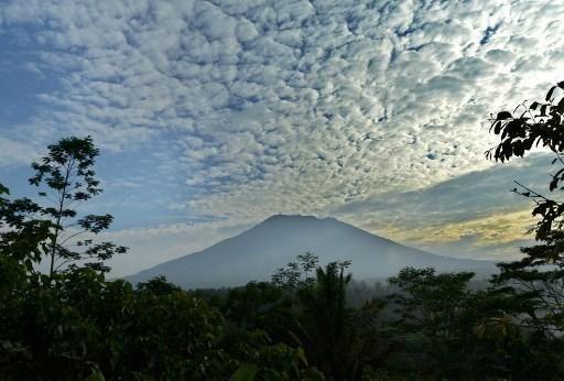A Bali, des milliers de personnes fuient les alentours d'un volcan actif  ||  A Bali, des milliers de personnes fuient les alentours d'un volcan actif A Bali, des milliers de personnes fuient les alentours d'un volcan actif 24/09/2017 tweet  Plus de 34.000 personnes ont fui les alentours d'un volcan sur l'île touristique de Bali, alors que l'activité sismique s'amplifie, faisant…