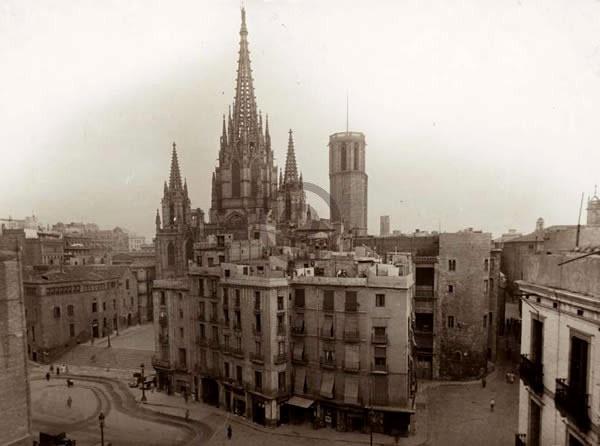Avinguda de la Catedral    Els efectes dels bombardejos van permetre que s'obrís l'avinguda de la Catedral. Vista aèria de les places de la Catedral i Nova el 1949, quan encara no s'havien enderrocat les illes de cases annexes a la Casa de l'Ardiaca.    © Arxiu Fotogràfic de Barcelona. Jorge Venini.