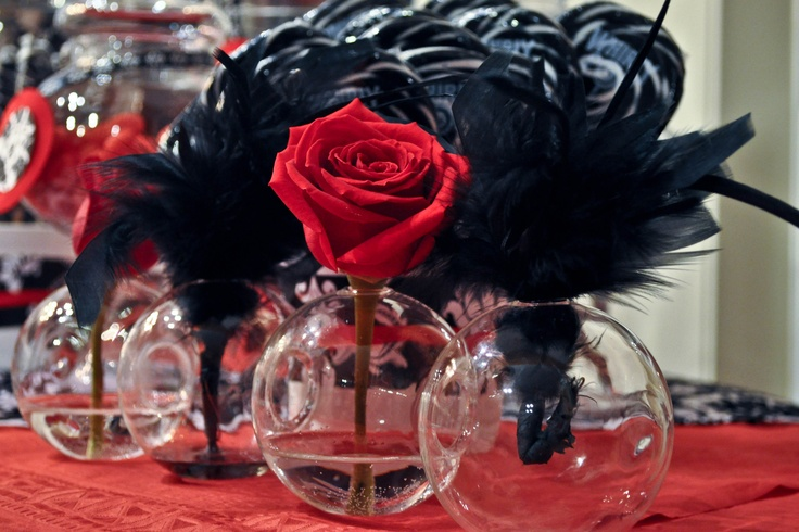 Red roses and black feathers for damask party
